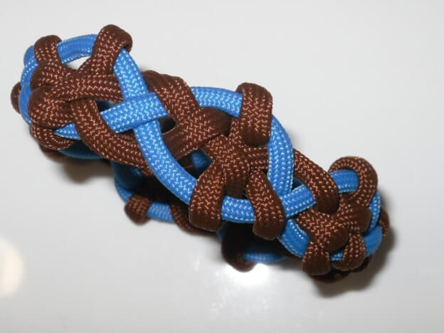 "Mit diesem Paracord Seil knoten wir das  ""Woven Celtic Cross"""